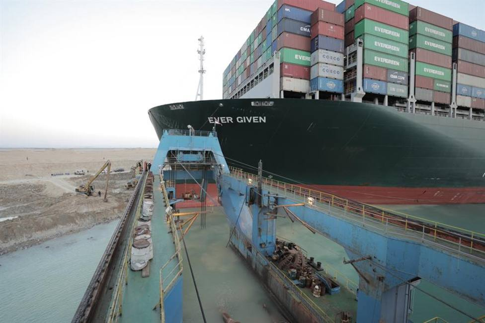 Consiguen liberar el buque Ever Given que bloqueaba el Canal de Suez