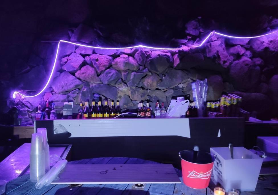 Barra con bebidas alcohólicas en la fiesta desmantelada por la Guardia Civil y la Policía Local