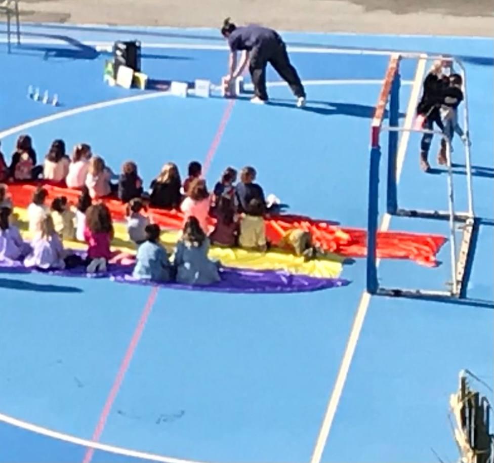 Un colegio de Alicante sienta a los niños sobre una bandera republicana para un cuenta cuentos