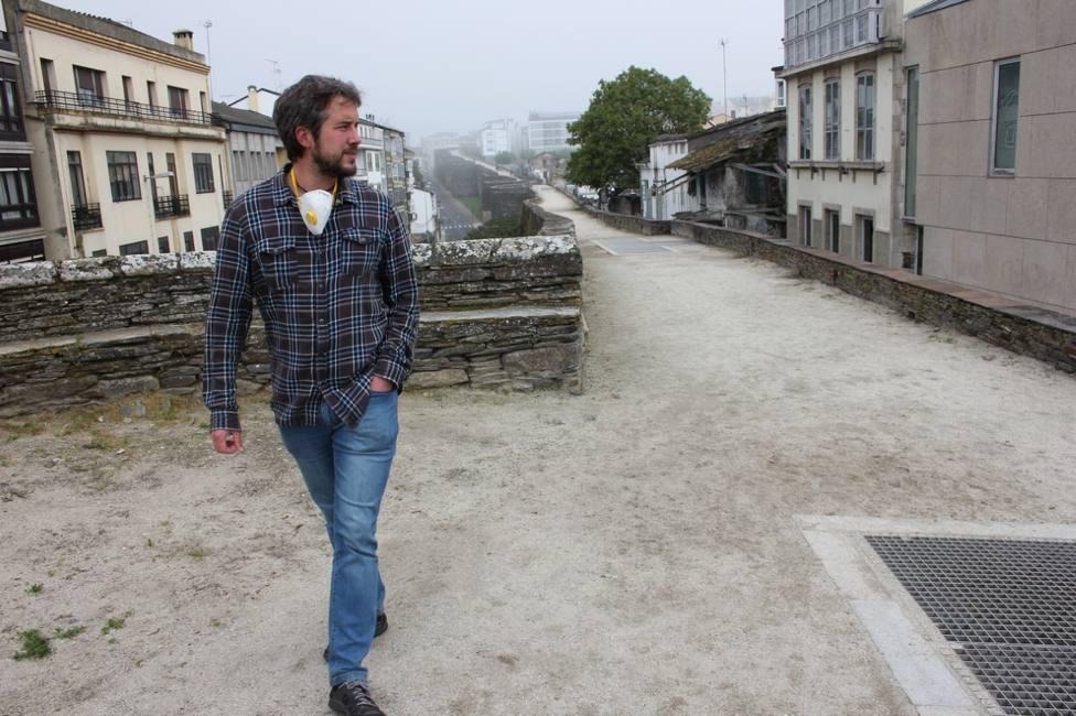 Rubén Arroxo pasea por el adarve de la Muralla de Lugo
