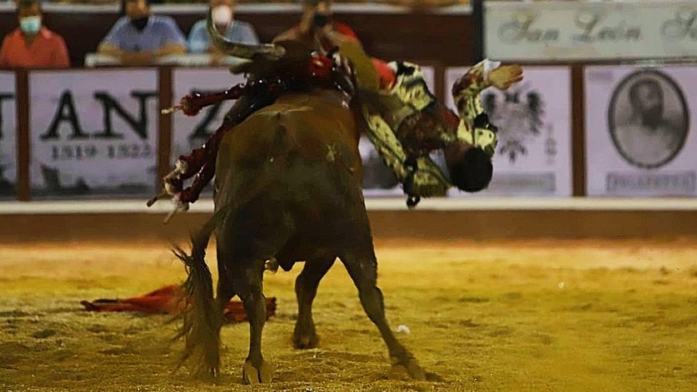 Momento del percance sufrido por Cristóbal Reyes en su tarde de alternativa en Sanlúcar de Barrameda