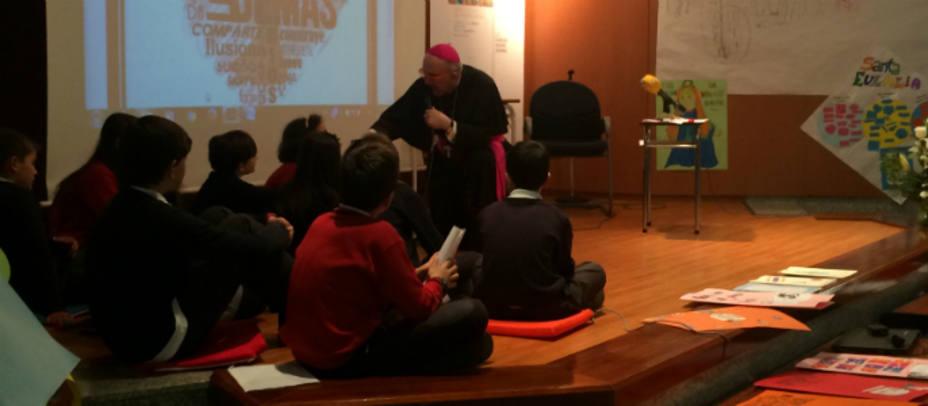 Monseñor Osoro respondiendo a preguntas de los niños