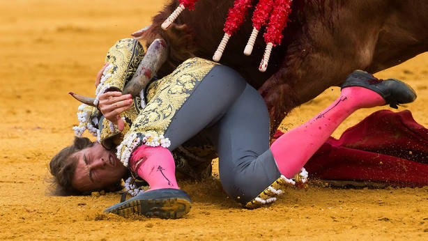 Instante del percance que sufrió Román el pasado domingo en Sevilla