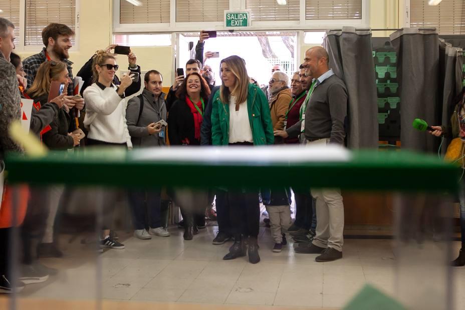 VOX aparta por conducta inapropiada a los dos apoderados que han increpado a Susana Díaz al ir a votar