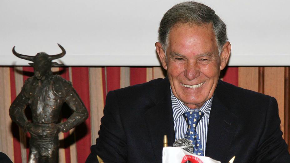 Francisco Ruiz Miguel con el Minotauro entregado por el Club Taurino Italiano