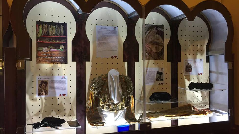 Imagen de una de las vitrinas dedicadas a exposición sobre moda taurina