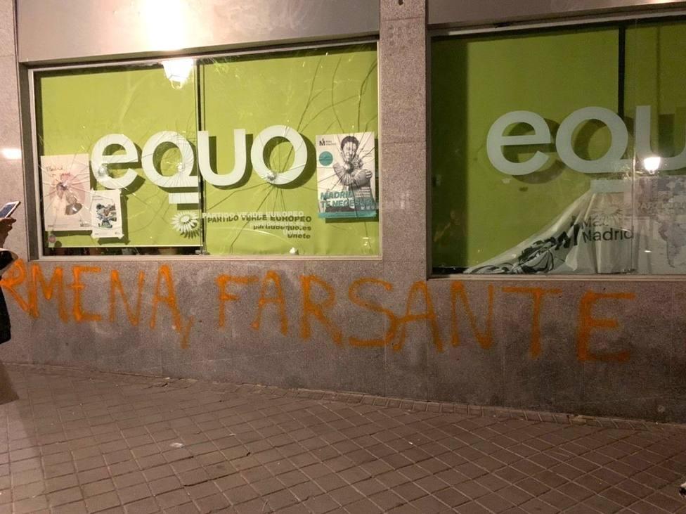 Apedrean la sede de Equo en Madrid y pintan Carmena Farsante en la fachada