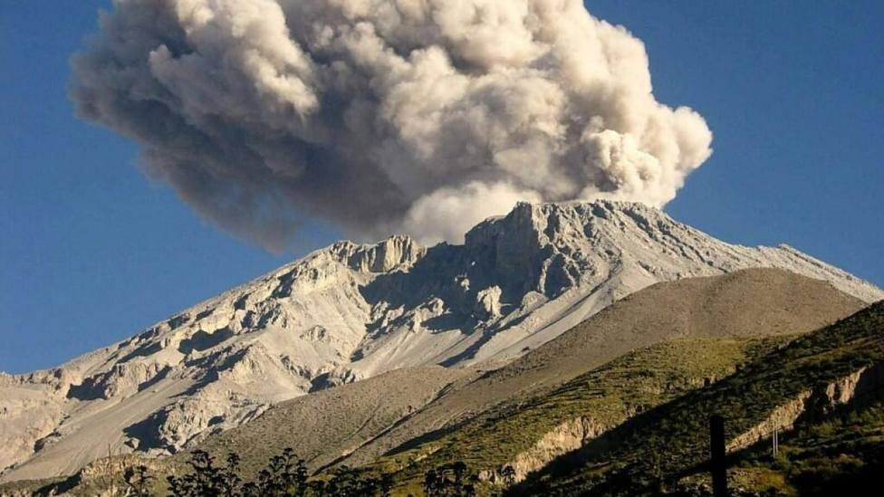 Cientos de evacuados por la erupción del volcán Ubinas en Perú