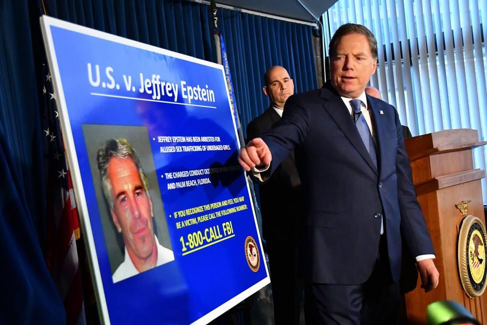 Hallan al magnate Jeffrey Epstein semiinconsciente en su celda de la prisión de Manhattan