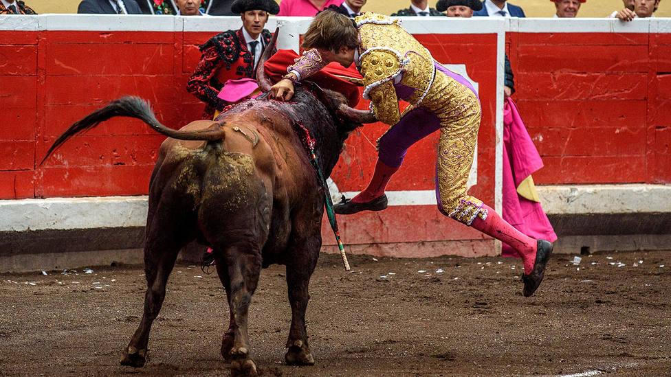 Juan Leal entrando a matar a uno de los toros de Fuente Ymbro lidiados en Bilbao