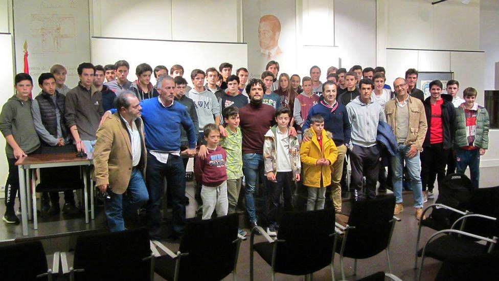 Miguel Abellán junto a los alumnos de la Escuela Taurina José Cubero Yiyo