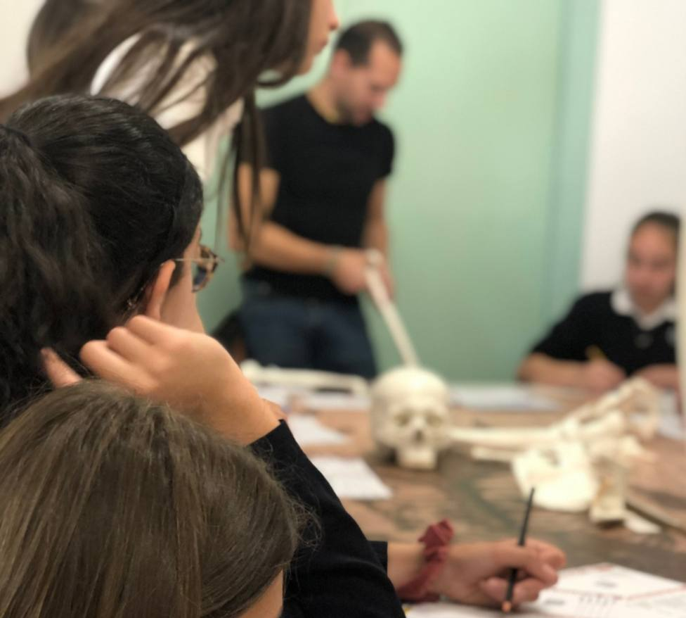 Estudiantes de Maó participan en un taller sobre prehistoriacon investigadores del CSIC