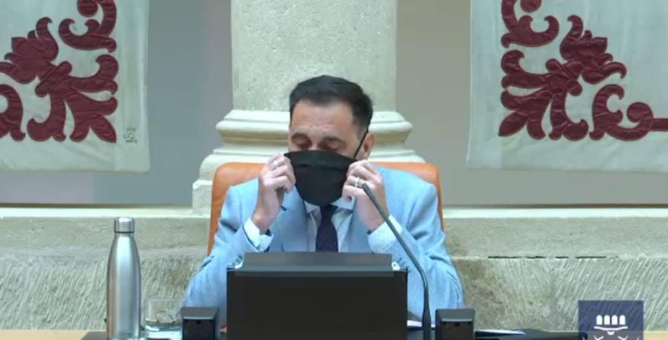 La mascarilla negra del presidente del Parlamento de La Rioja