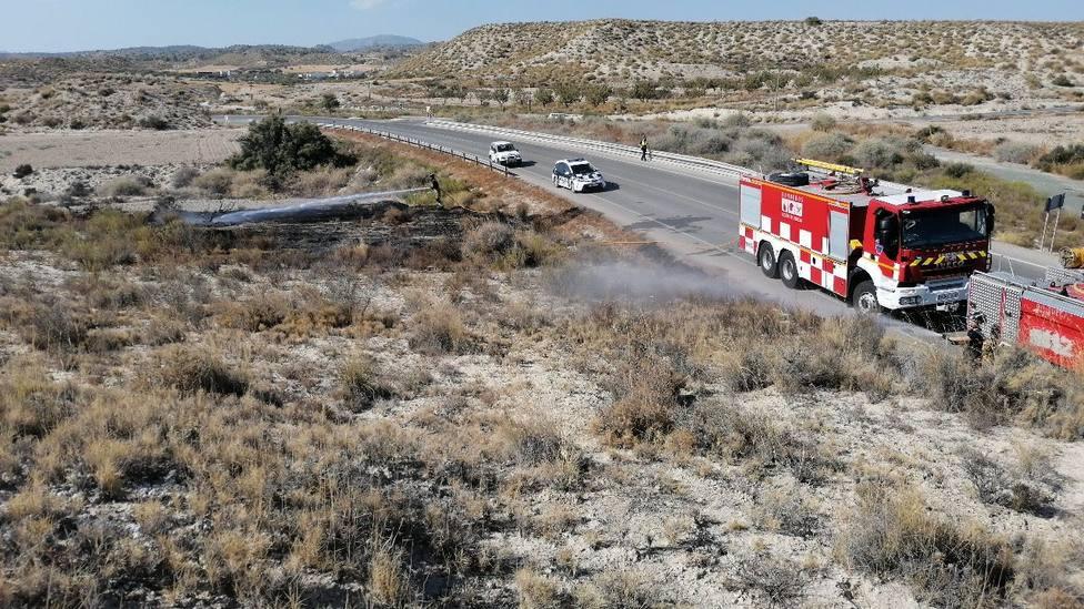 Extinguido el incendio de cuneta y bancales abandonados en la RM-711 en Lorca.