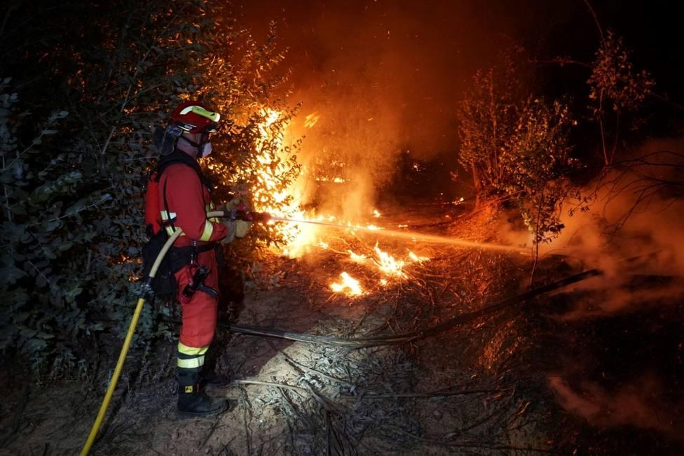 Efectivos luchan por apagar el incendio de Almonaster la Real (Huelva)