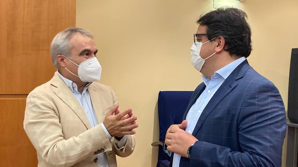 El consejero de Sanidad José Maria Vergeles y el alcalde de Badajoz, Francisco Javier Fragoso (Archivo)