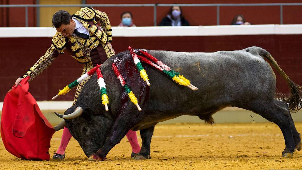 Derechazo de Octavio Chacón al toro de Victorino Martín al que ha cortado una oreja este domingo