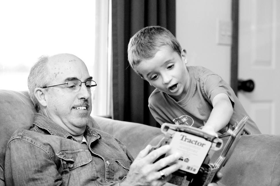 Un abuelo juega con su nieto