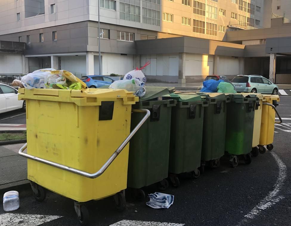 Cubos de la basura frente al centro de salud de Narón. FOTO: PP de Narón
