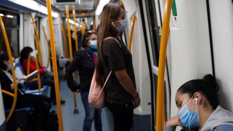 Usuarios metro con auriculares