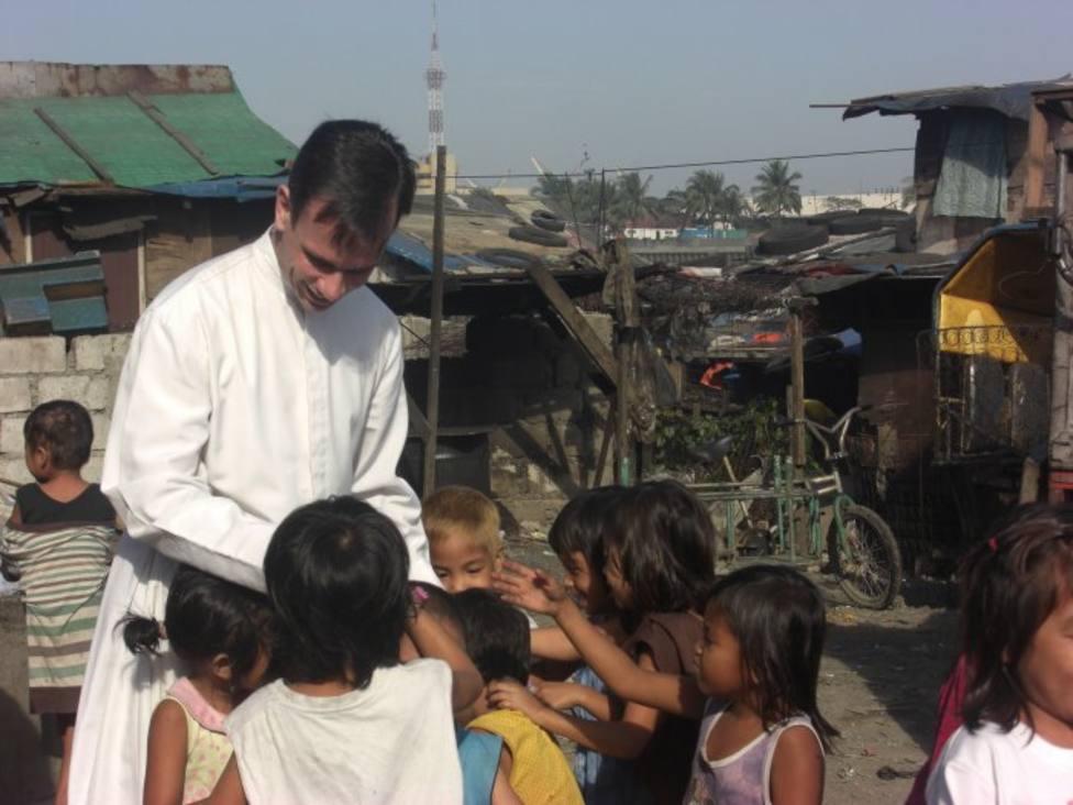 La historia de un sacerdote que recorre Manila para rescatar a los niños de las calles