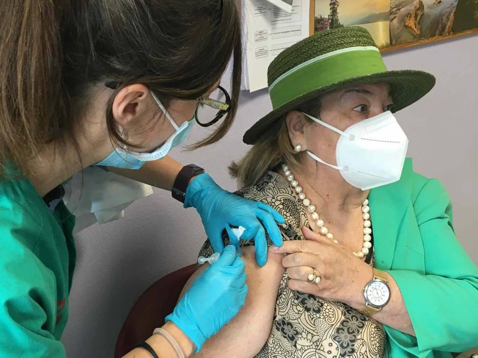 Una de las primeras mujeres asturianas inmunizadas con la dosis única de la vacuna Janssen