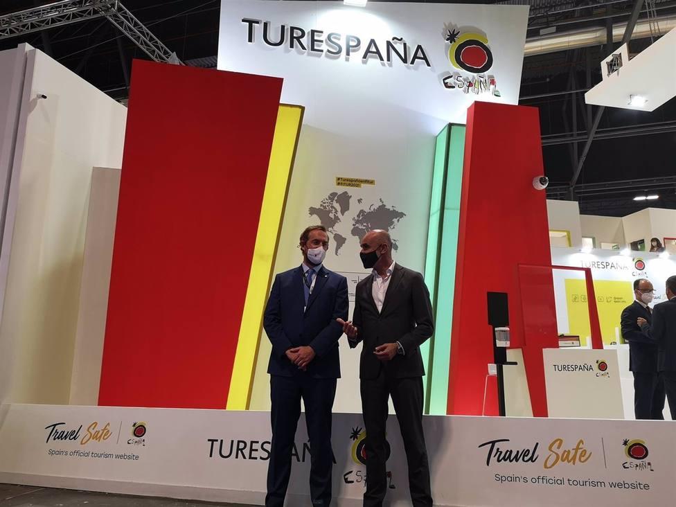 Antonio Muñoz con el secretario de Estado de Turismo, Fernando Valdés, en Fitur.