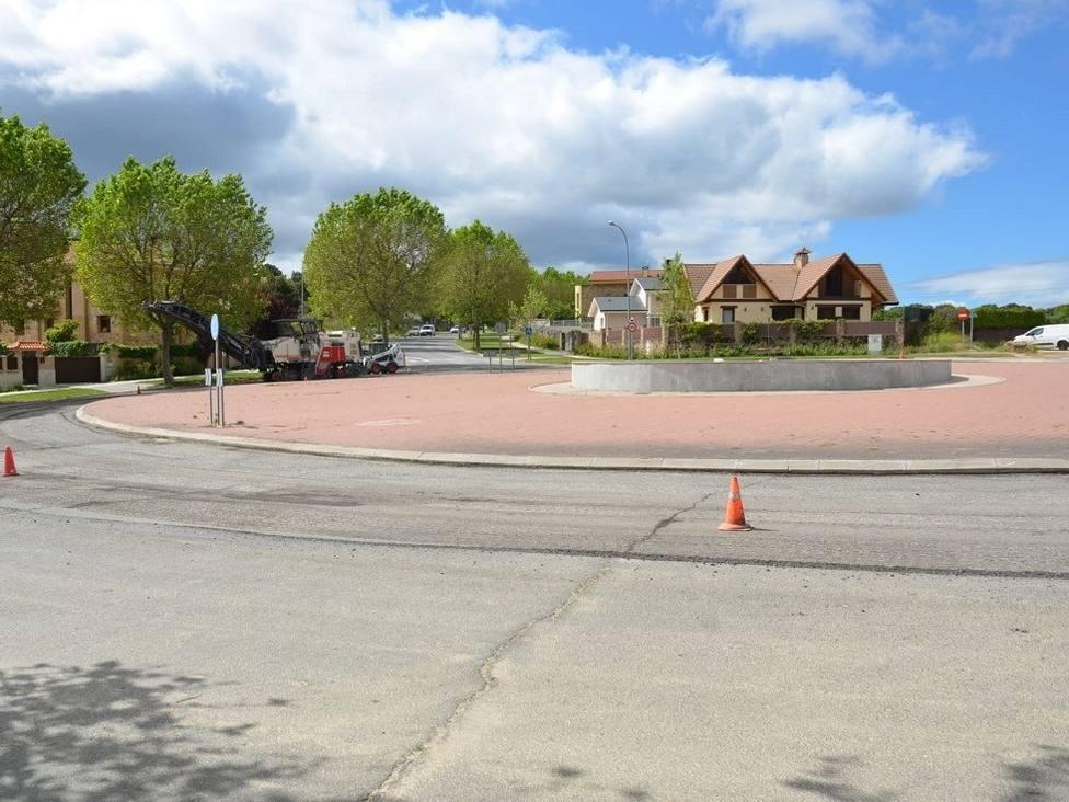 El asfaltado comienza en la rotonda y continuará hacia el colegio público Sierra de Guadarrama
