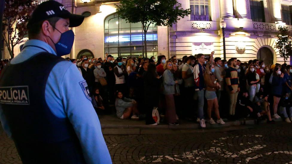 Un agente de Polícia vigila a los aficionados del Chelsea en Oporto, tras ganar la final de Champions. EFE