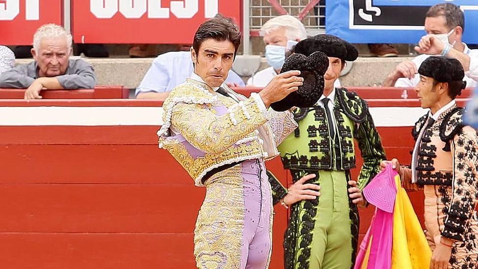 Miguel Ángel Perera saludando la ovación tras lidiar a su primer toro en Mont de Marsan