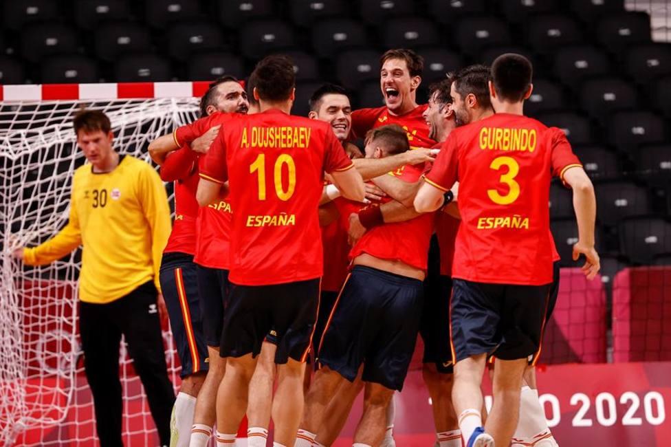 Los jugadores de Los Hispanos celebran la victoria ante Noruega