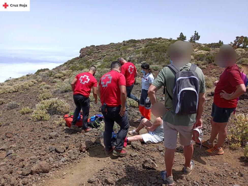 Efectivos de Cruz Roja evacuan a una senderista herida en el Teide