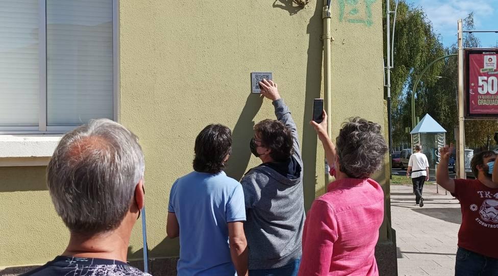 """inauguración del primer código QR en el barrio dentro de la propuesta """"Canido en nomes"""" - FOTO: Cedida"""