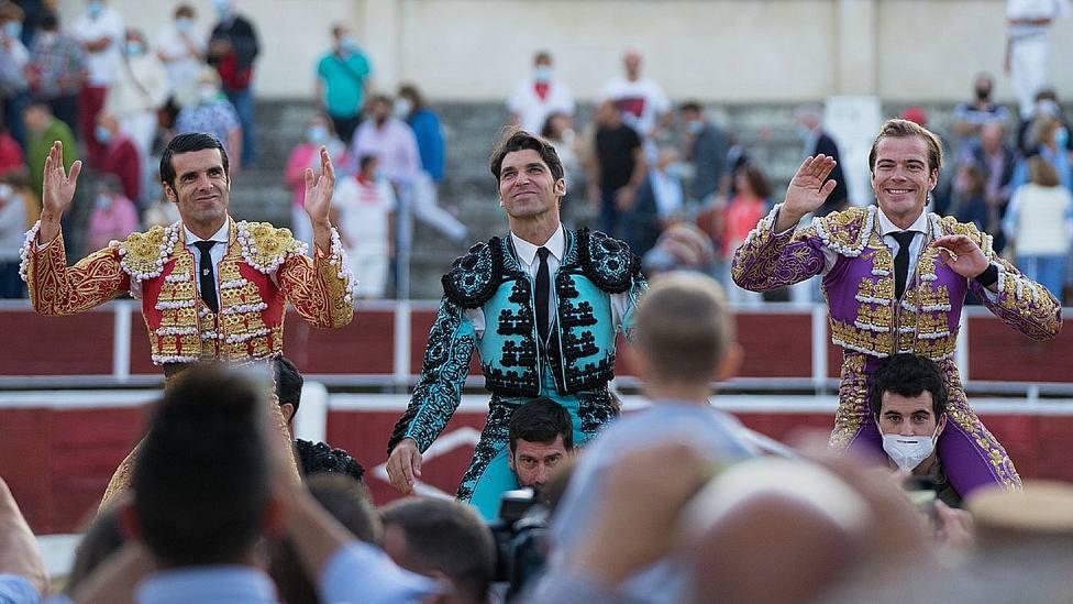 Emilio de Justo, Cayetano y Javier Cortés en su salida a hombros en Nava de la Asunción