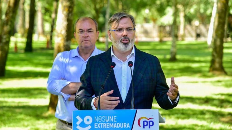 El alcalde de Plasencia, Fernando Pizarro junto al presidente del PP extremeño José Antonio Monago (archivo)