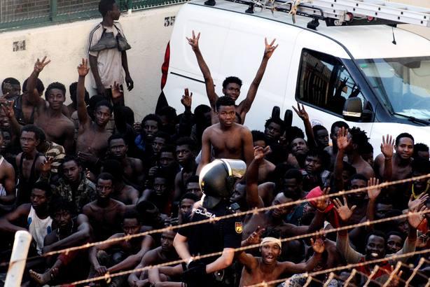 Guardias civiles se querellan contra los 116 inmigrantes que saltaron la vaya de Ceuta