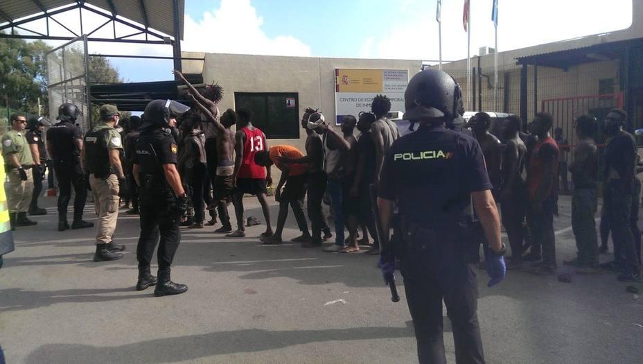 7 guardias civiles heridos con cal viva en un nuevo asalto a la valla de Ceuta