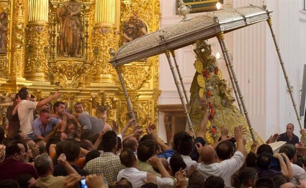 La Virgen del Rocío ya está en la calle en su salida extraordinaria