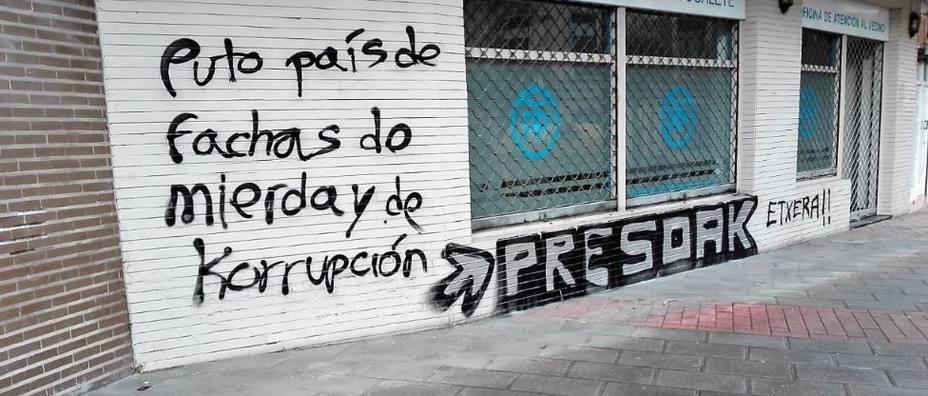 Aparecen pintadas insultantes y en favor de los presos de ETA en la sede del PP en Portugalete (Vizcaya)