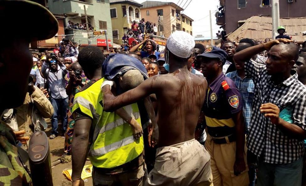 Más de 100 niños, atrapados al colapsar un edificio con una escuela en Nigeria