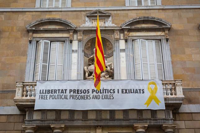 Lazos amarillos en los edificios públicos de Barcelona
