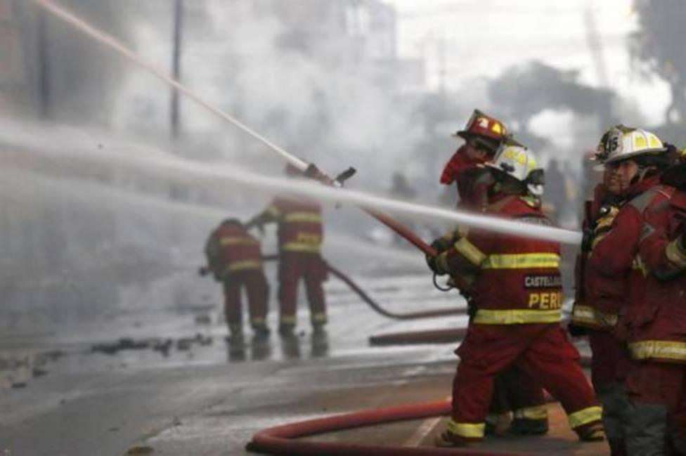 Más de cuarenta dotaciones de bomberos trabajan para acabar con un incendio en el centro de Lima