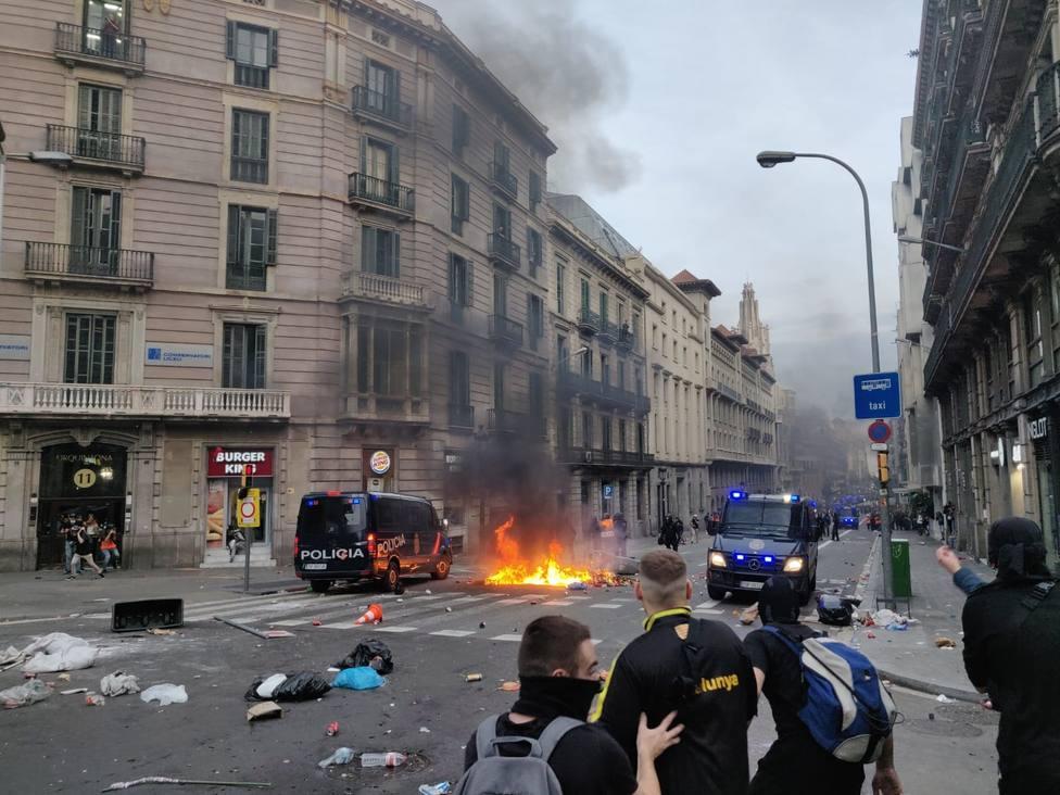 Manifestantes queman contenedores y lanzan piedras a la Policía en la zona de la Jefatura de Policía Barcelona