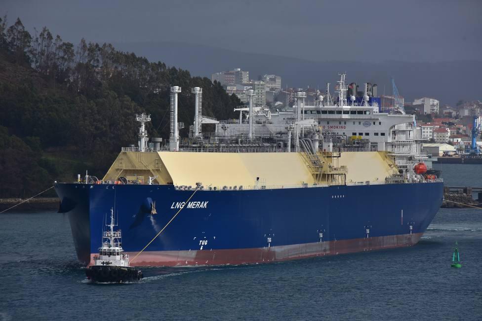 El buque saliendo por el canal de la ría de Ferrol auxiliado por cuatro remolcadores - FOTO: José R. Montero