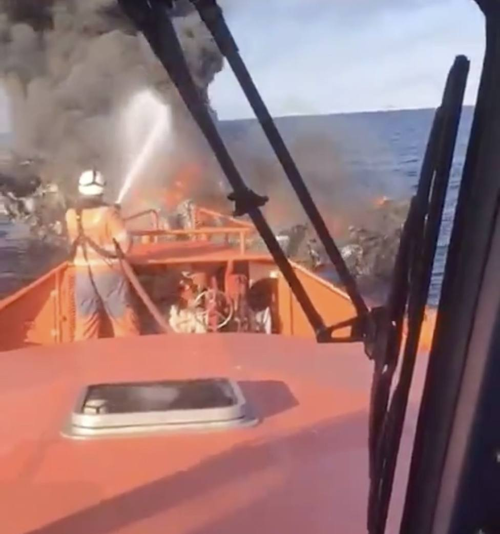 Pesquero incendiado frente al puerto de Villajoyosa (Salvamento Marítimo)