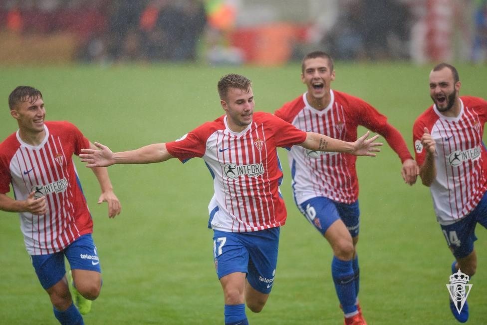 Los jugadores del filial del Sporting celebran un gol de la pasada temporada