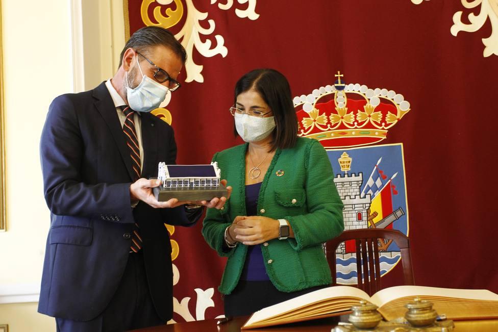 Ángel Mato explica a Carolina Darias el significado de este regalo institucional - FOTO: Concello de Ferrol