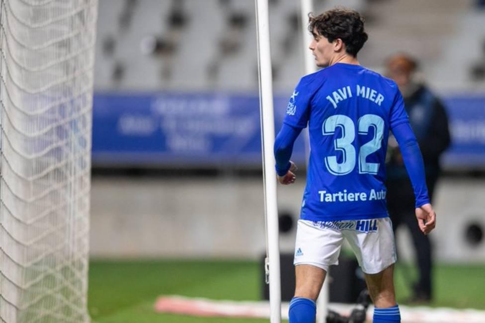 Javi Mier, al ser sustituido en un partido del Oviedo