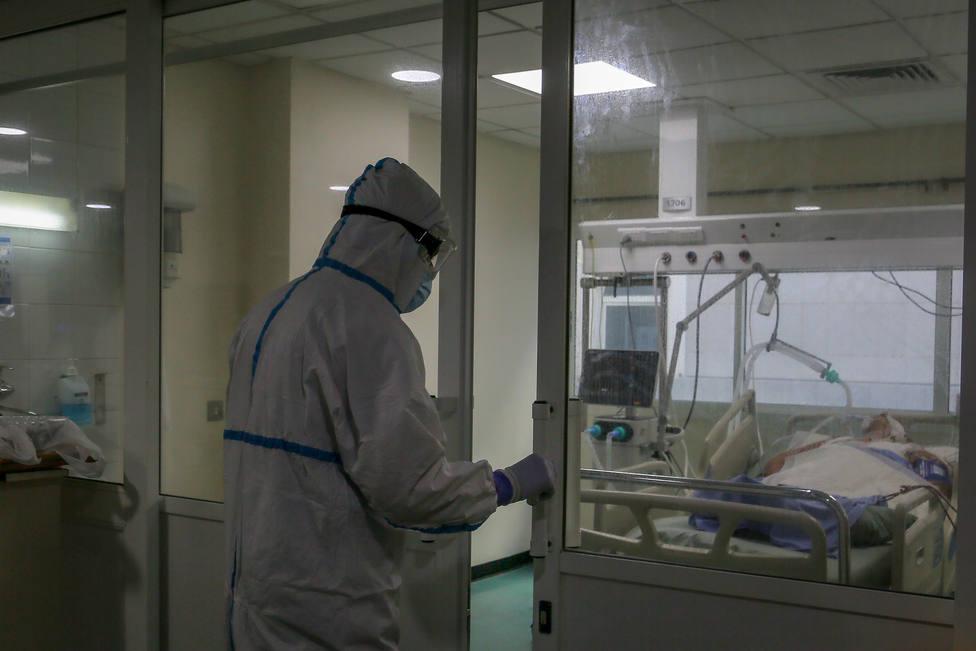 Foto de archivo de un sanitario en una zona de coronavirus - FOTO: Europa Press
