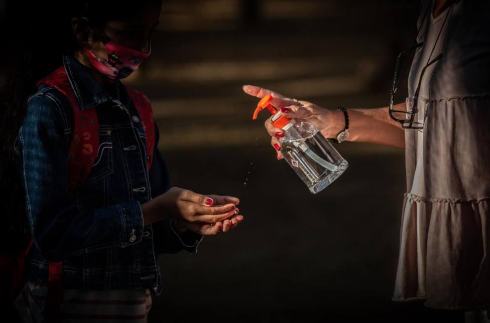 Una profesora administra gel desinfectante a un alumno a 14 de septiembre de 2020 - David Zorrakino - Archivo